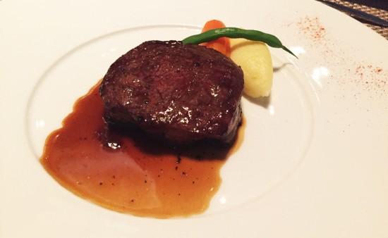 牛フィレ肉のロティ トリュフ入りソース
